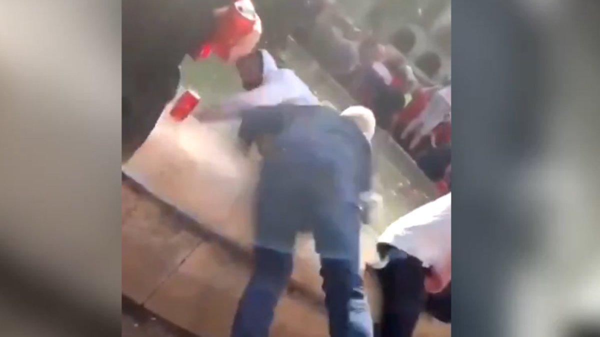 Captura de uno de los vídeos que circulan que recoge el momento en el que un hincha del Liverpool tira a un vendedor ambulante a la fuente de la plaza Reial de Barcelona.