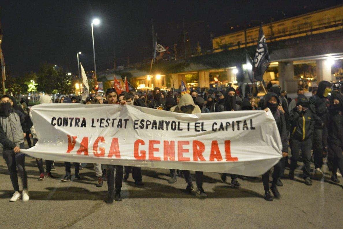 Piquete de la huelga general ante la sede de la Agencia Tributaria en Girona.