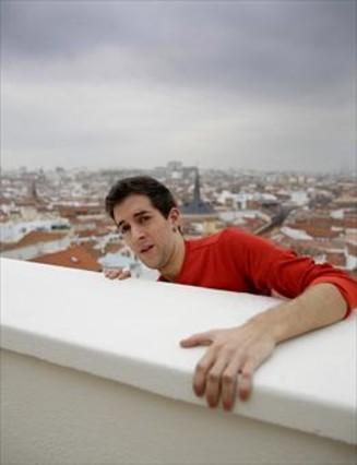 El humorista David Broncano, bromeando en una azotea de Madrid.