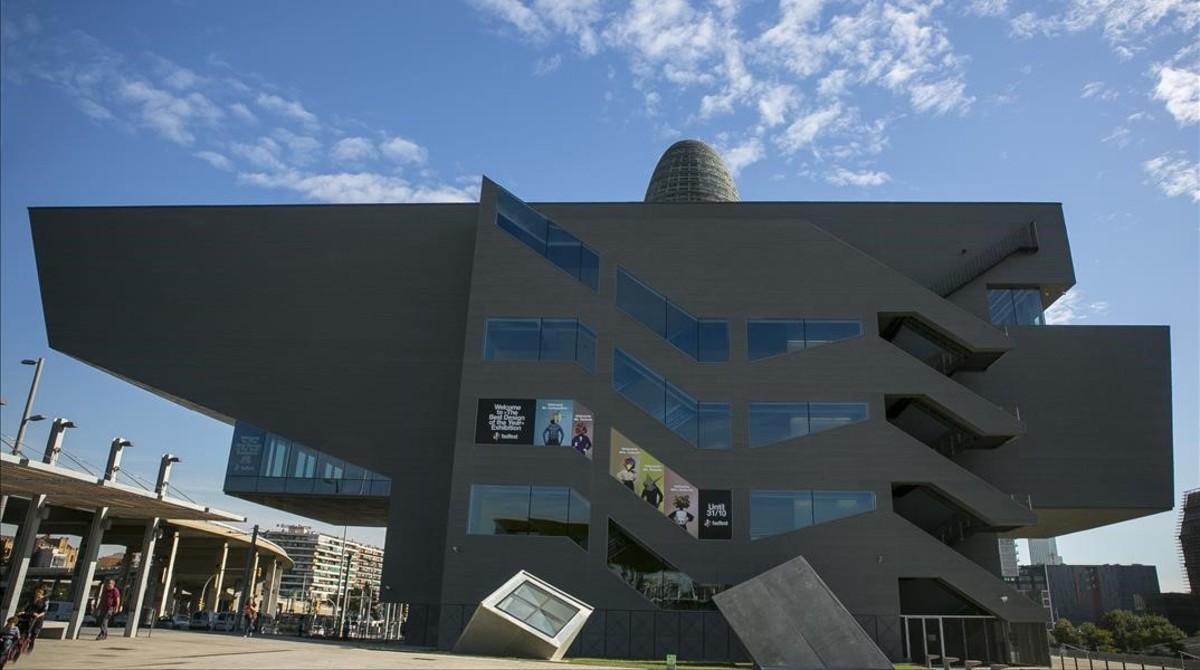 El edificio Disseny Hub, en la plaza de las Glòries, alberga actualmente el Museu del Disseny.