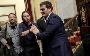 Iglesias y Rivera se saluda, ayer en el Congreso.