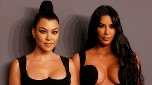 Kourtney Kardashian posa junto a su hermanaKim en los Premios AmFar en Nueva York, el pasado 6 de febrero.