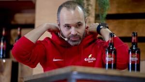 Iniesta, en un acto publicitario en la ciudad deportiva del Barça.