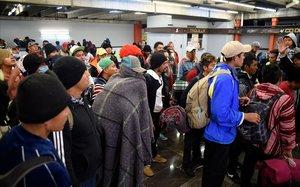 Inmigrantes de la caravana en el metro de Ciudad de México, en la estación de Ciudad Deportiva.