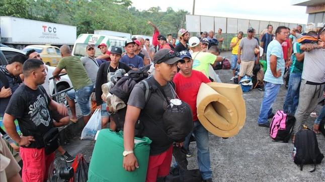 Inmigrantes cubanos esperan ser ubicados en hoteles en Paso Canoas (Panamá), este lunes.