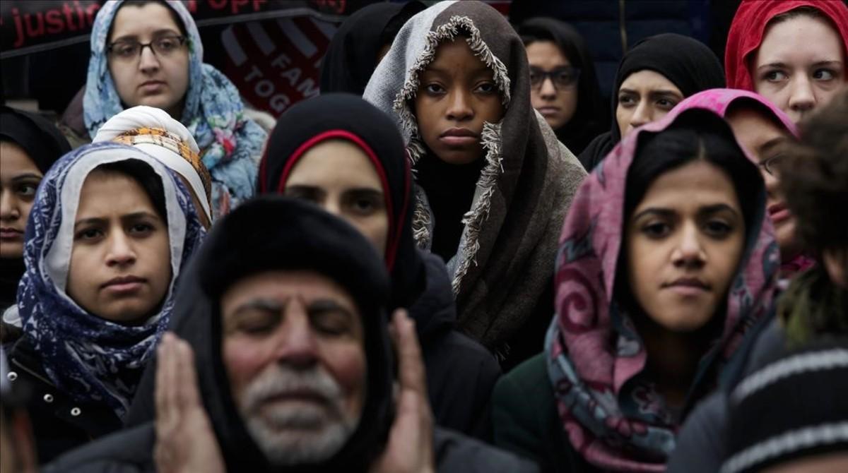 Inmigrantes se manifestan este viernesen Nueva York contra la política migratoria de Trump.