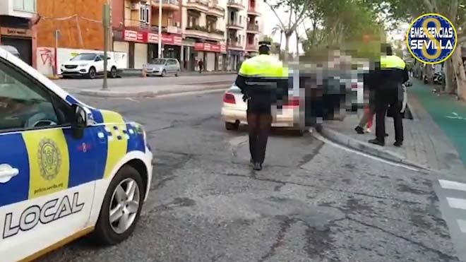 Imágenes de Emergencias Sevilla, de un vehículo interceptado en la capital hispalense, en el que, incumpliendo el estado de alarma, viajaban 8 personas, 3 adultos y 5 menores, entre ellos un bebé.