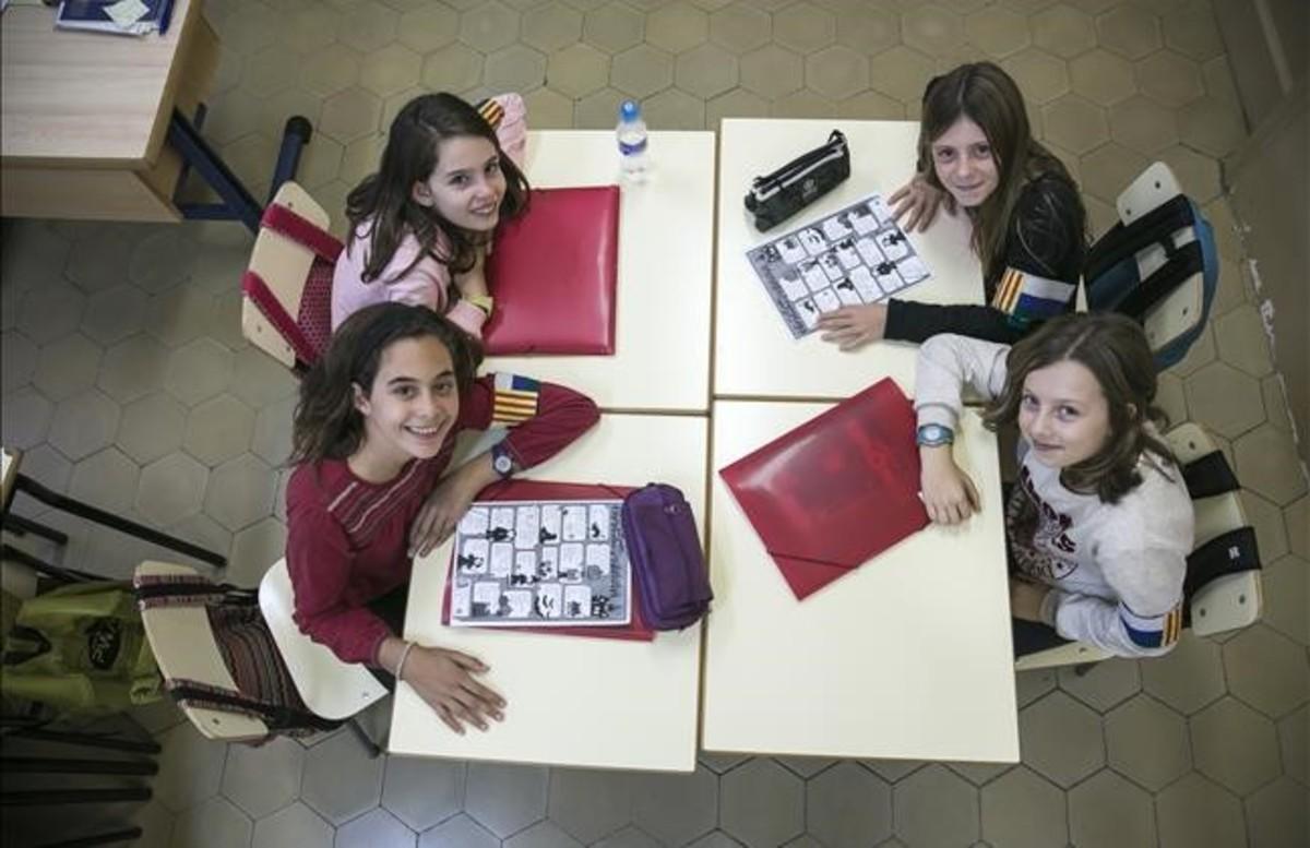 Jana, Neus, Olatz y Laia, alumnas de la Escola del Mar, hacen los deberes en la hora de trabajo personal que tienen en el colegio.