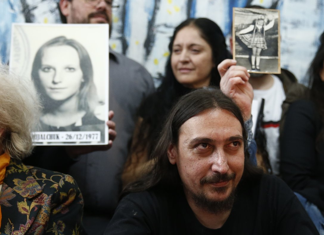 Javier Matías Darroux Mijalchuk es presentado por lasAbuelas de Plaza de Mayo en Argentina.