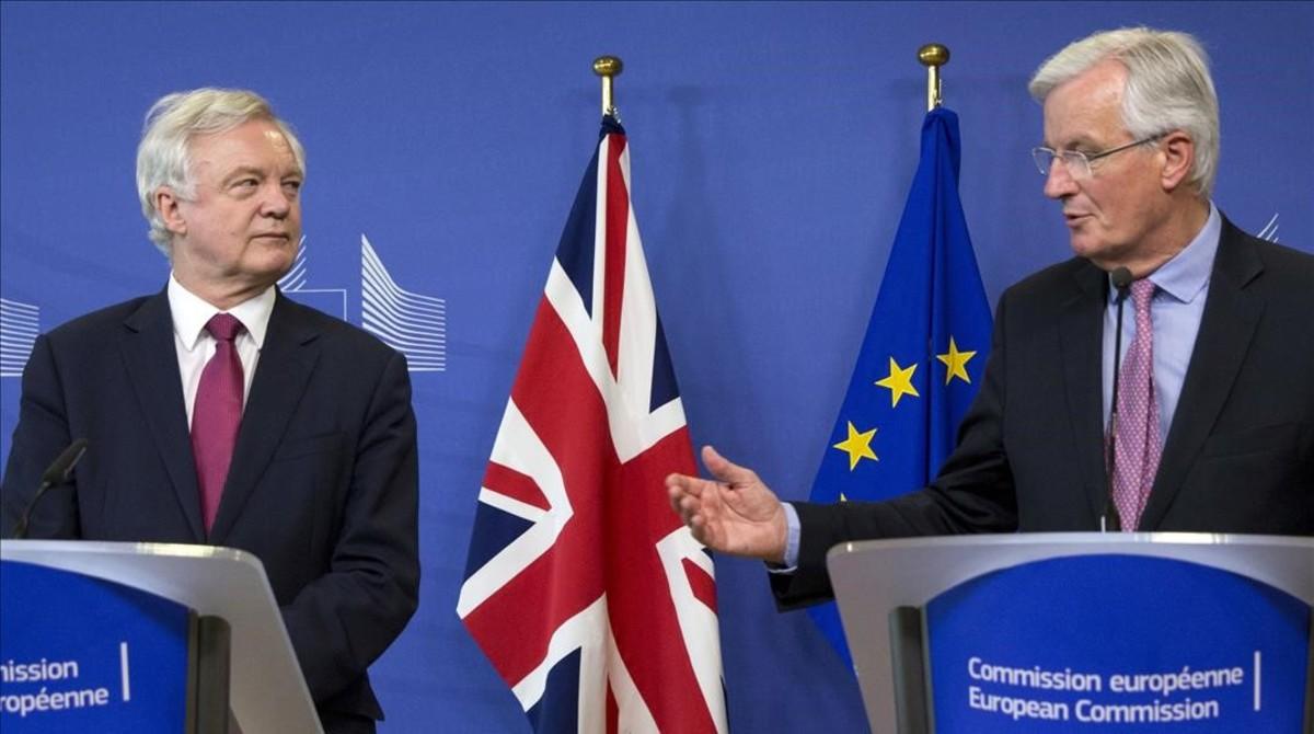 El jefe negociador británico del brexit, David Davis (izquierda), y el europeo, Michel Barnier, en el inicio de las conversaciones, el 19 de junio en Bruselas.