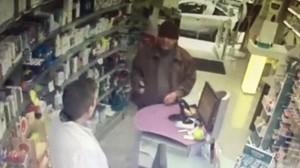 El abuelo pistolero durante el atraco a una farmacia de Hostafrancs.