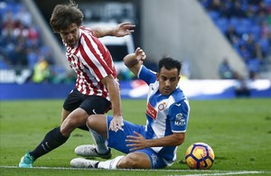 José Manuel Jurado lucha desde el suelo con Yeray Álvarez.
