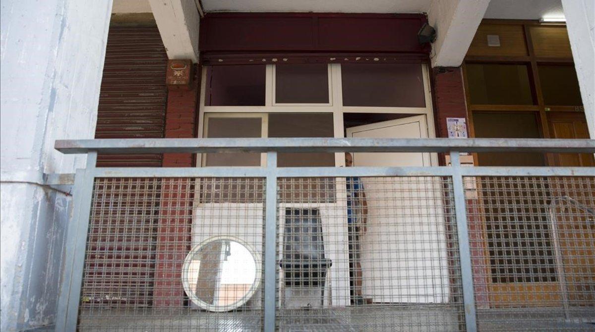 Uno de los locales okupados y transformado en vivienda en la calle de Alts Forns.