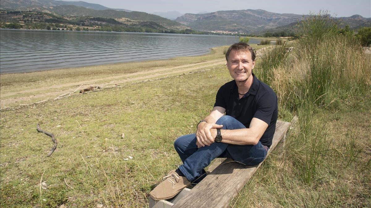 Josep Roset, presidente de la FECETC, junto al lago de La Pobla de Segur, su localidad natal.