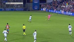 Juan Carlos, portero del Lugo, dispara desde 70 metros para marcar al Sporting.