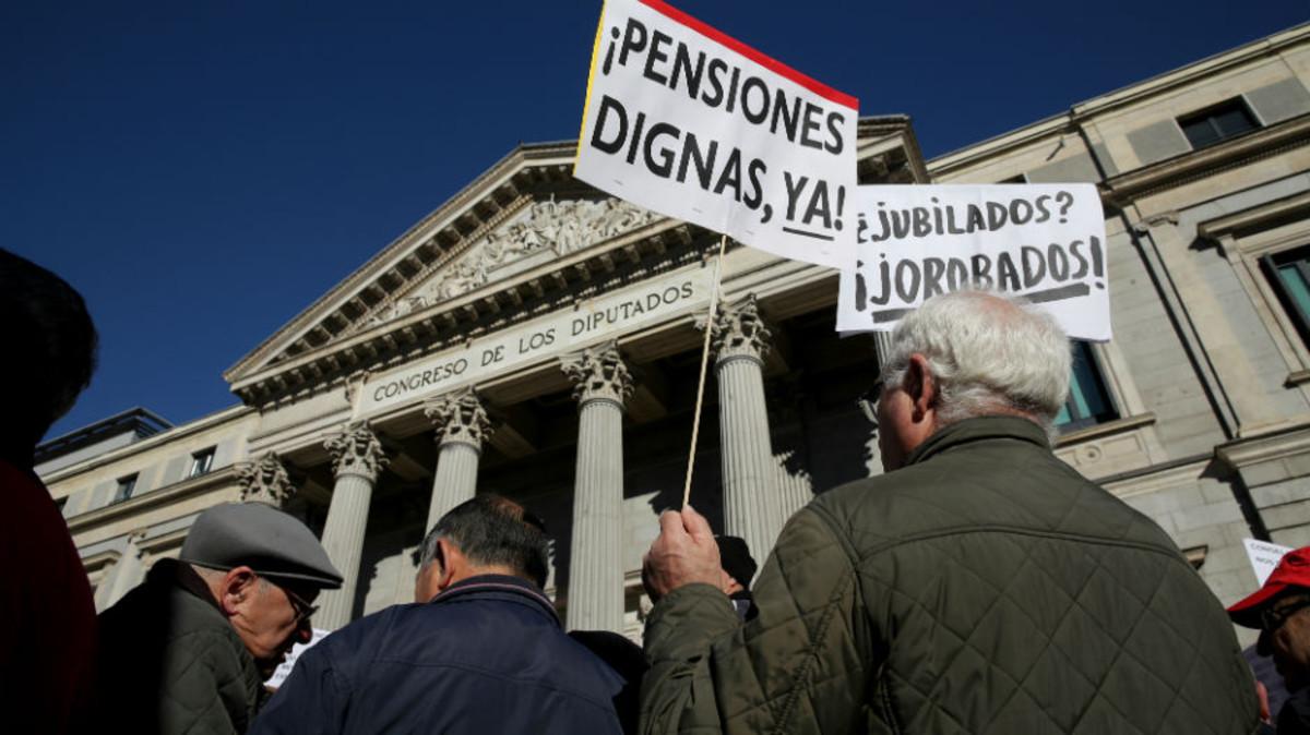 Ungrupo de jubilados protesta ante el Comgreso de los Diputados el pasado día 22.