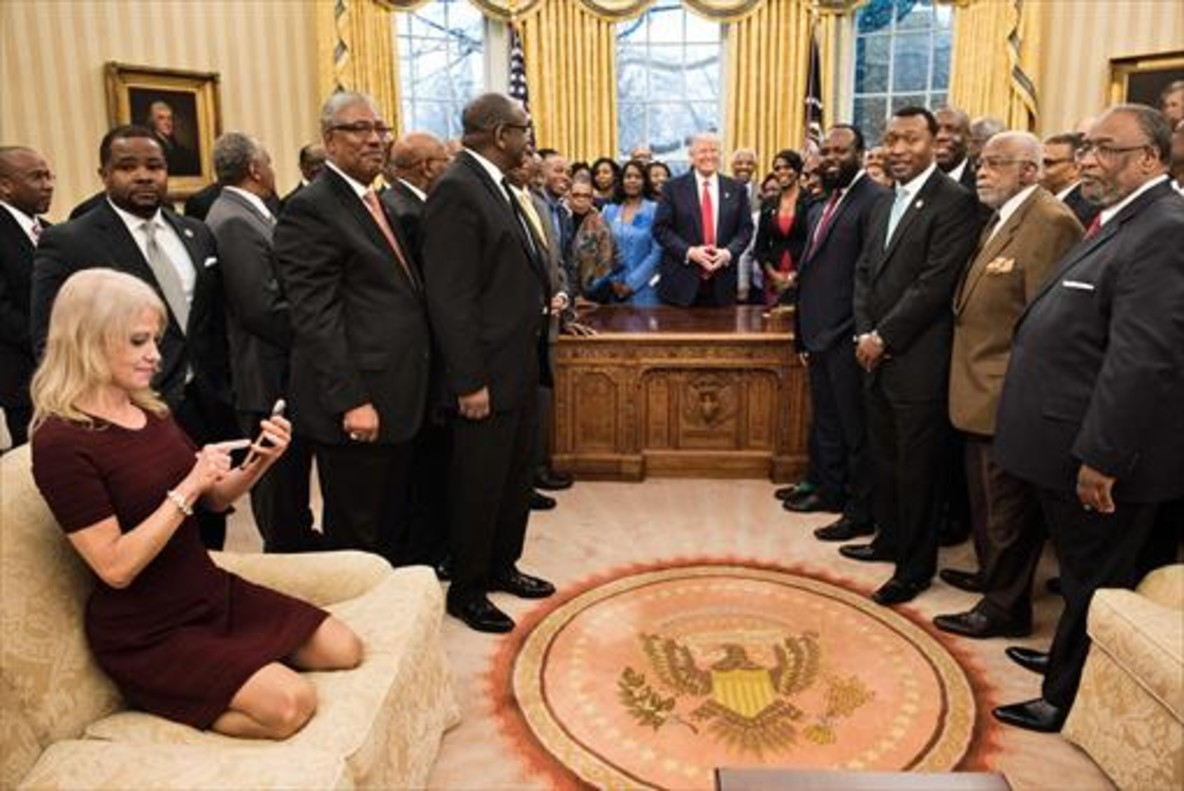 Kellyanne Conway, en el Despacho Oval, en un acto con líderes de uiversidades y colleges de tradición afroamericana.