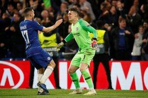 Kovacic se abraza a Kepa tras ganar la Europa League al Arsenal.