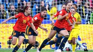 Las jugadoras españolas celebran el segundo penalti de Hermoso.