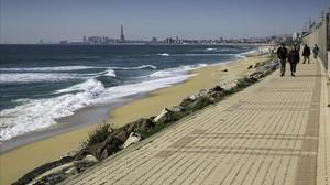 Las olas rompen próximas a la zona de viandantes de Montgat.