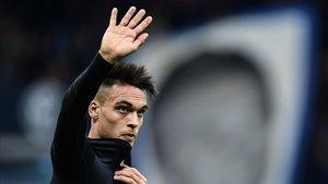 Lautaro Martínez saluda a los aficionados del Inter en el duelo con el Fiorentina en San Siro.