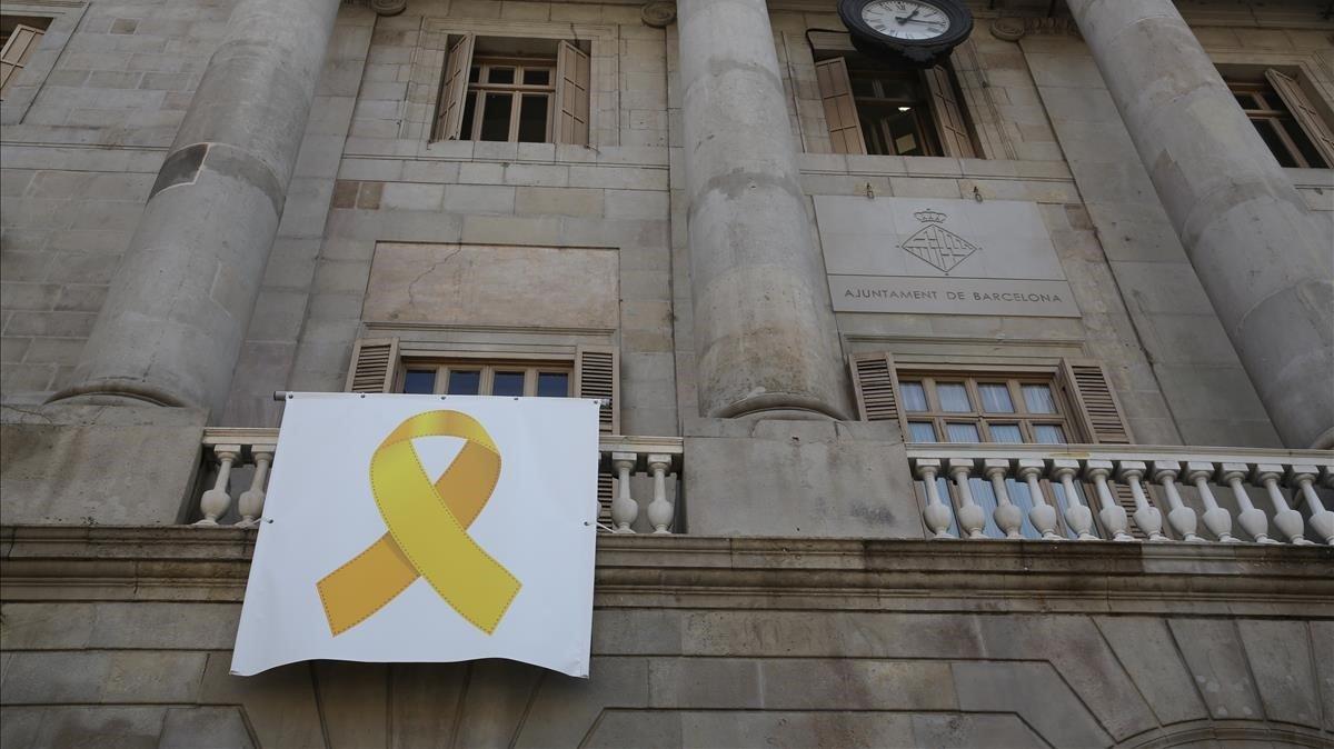 Lazo amarillo en la fachada del Ayuntamiento de Barcelona.