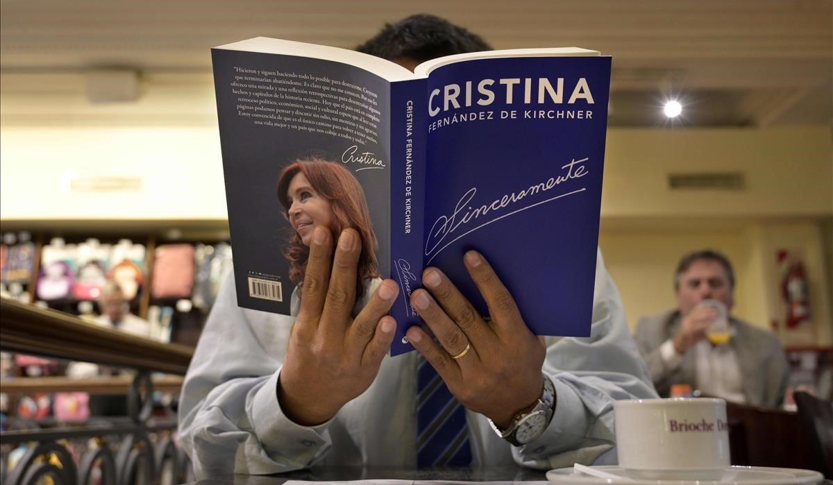 Un lector lee el libro de Cristina Fernández de Kirchner, en Buenos Aires.