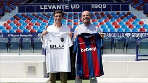 Los entrenadores del Valencia CF y del Levante UD,Marcelino García ToralyPaco López,posan este viernes tras una rueda de prensa conjunta.