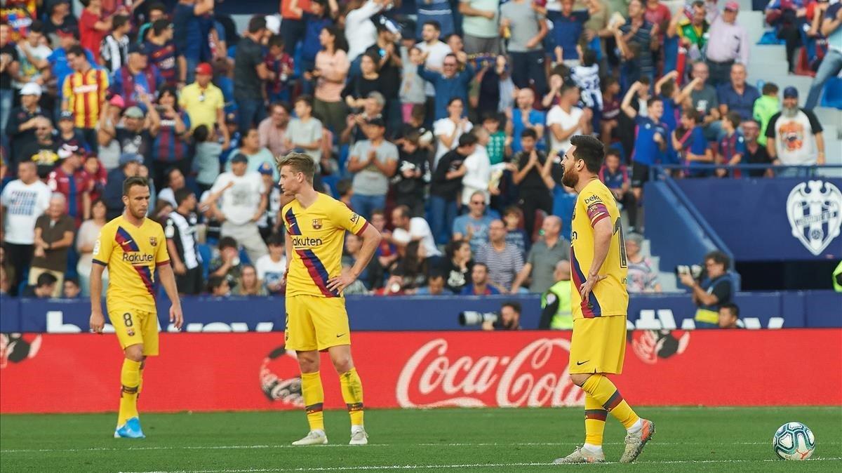Los jugadores del Barça reaccionan apesadumbrados a un gol del Levante.