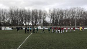 Los jugadores saludan a la árbitra al inicio del partido.