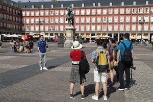 GRAF3170. MADRID, 12/07/2019.- Turistas en la Plaza Mayor de la capital de España. La caída de los precios de la energía ha contribuido a moderar la inflación en junio, que al situarse en el 0,4 % anual marca la tasa más baja desde septiembre de 2016, según ha confirmado este viernes el Instituto Nacional de Estadística (INE). Impulsó al alza el IPC la evolución del ocio y la cultura, cuyos precios bajaron un 0,4 %, ocho décimas menos que en mayo, por el encarecimiento de los paquetes turísticos en coincidencia con la campaña veraniega.- EFE/JJ Guillén