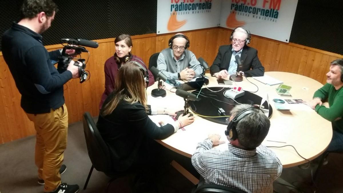 Los reporteros del programa O país máis grande do mundo de Televisión de Galicia entrevistando a los miembros de Siempre en Galicia en Ràdio Cornellà.