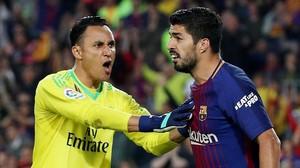 Luis Suárez y Keylor Navas en una imagen del clásico en el Camp Nou.