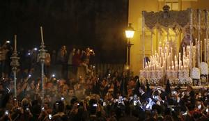 Esperanza Macarena a la salida de su basílica para iniciar su procesión en la celebración de la Madrugá sevillana.
