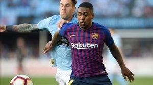 Malcom intenta controlar un balón ante la presión de Hugo Mallo.
