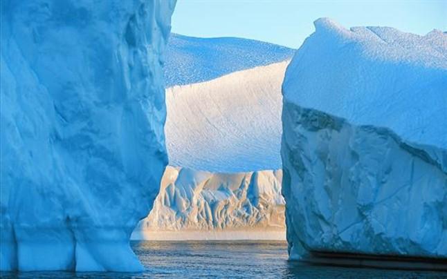 Un paisaje de icebergs árticos, que día a día ven reducido su diámetro.