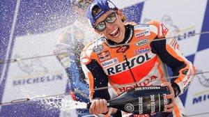 Marc Márquez (Honda) muestra su euforía en el podio de Motorland (Aragón).