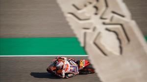 Marc Márquez (Honda) traza la curva 10 de Motorland, que lleva su nombre, en la que figura un monopilto con una hormiga grabado, su mascota, su símbolo.