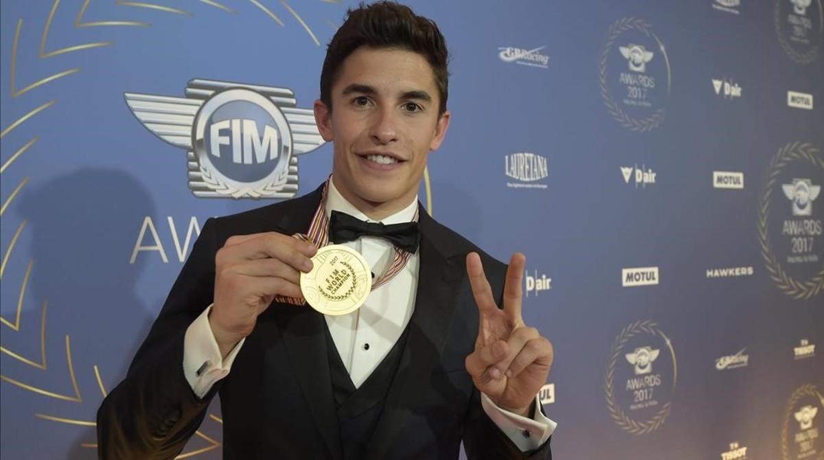 Marc Márquez muestra, orgulloso y feliz, la medalla que lo acredita como campeón del mundo de MotoGP y que recibió, anoche, en la gala de la FIM, que se celebró en Andorra.