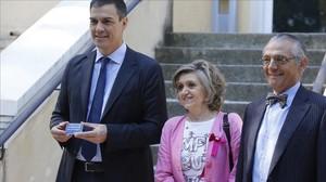 María Luisa Carcedo, junto con Pedro Sánchez, en una imagen de archivo.