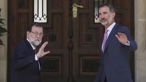 Mariano Rajoy y Felipe VI saludan a la prensa antes de entrar en el Palacio de Marivent para el almuerzo de trabajo.