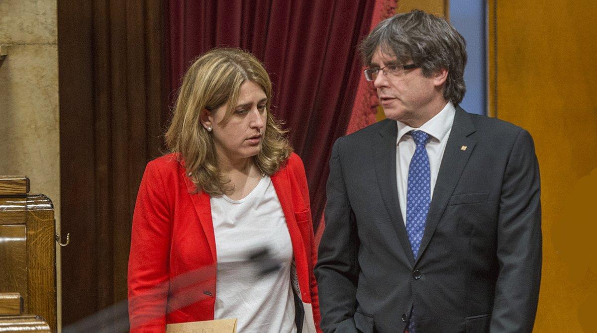 Marta Pascal y Carles Puigdemont, en el Parlament de Catalunya, en mayo del 2017.