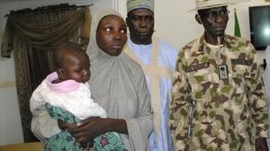 Maryam Ali Maiyanga (izq) con su hijo de 10 meses, tras ser encontrada, en Maiduguri, este sábado.