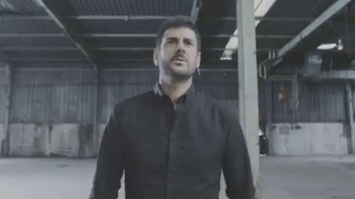 A un día de la publicación del décimo disco de Melendi, titulado '10:20:40' , Melendi ha estrenado el videoclip de la canción 'Tan tonto Como Tú', incluida en este álbum.