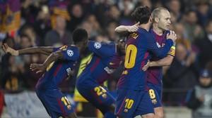 Messi abraza a Iniesta mientras Dembélé y Umtiti celebran el 2-0 del Barça al Chelsea.