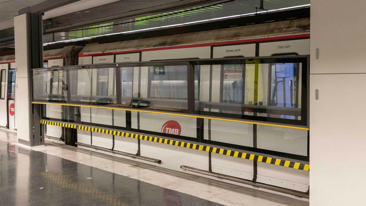 El metro de Barcelona prueba una puerta automática vertical pionera en la estación de Can Cuiàs.