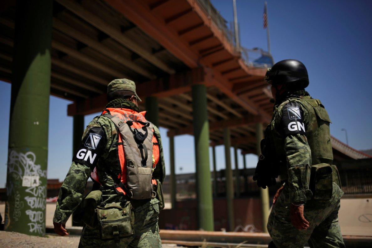 Miembros del Ejército mexicano y de la Guardia Nacional en la frontera de los EEUU.