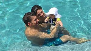 Michael Phelps, con su pareja, Nicole Johnson, y su hijo, Boomer, en la piscina.