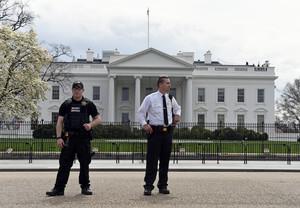 Miembros del servicio secreto vigilando la Casa Blanca.