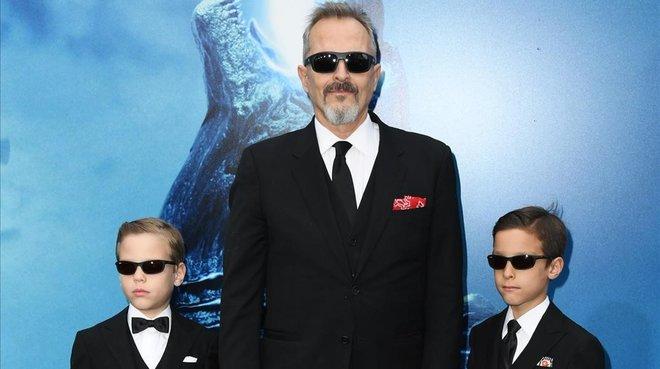 Miguel Bosé, con sus hijos Tadeo y Diego, en el estreno de Godzilla, en Los Ángeles.